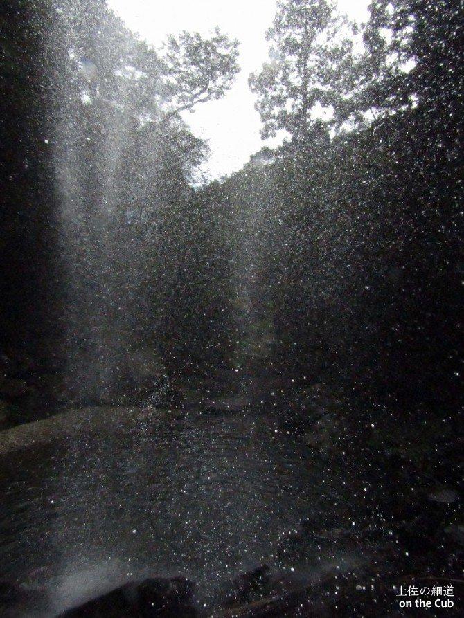 滝の裏は超絶土砂降りの雨って感じ