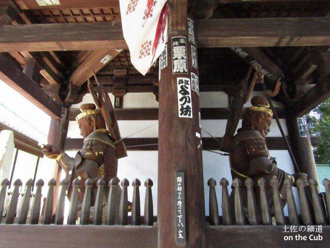 仁王門の前後、計4神によって守られる
