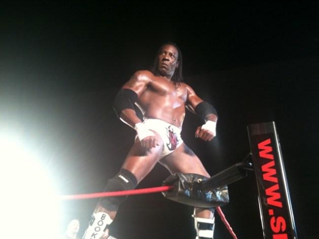 Booker T regresa a TNA (21 mayo 2010) / twitter.com/TNAonline