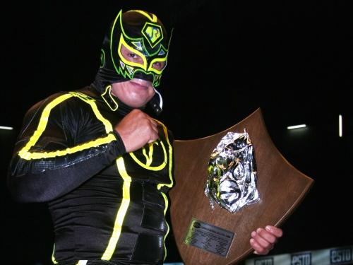 "Volador Jr., ganador del XI Torneo de ""La Leyenda de Plata"" / Arena México - 8 de octubre de 2011 / Imagen by www.cmll.com"