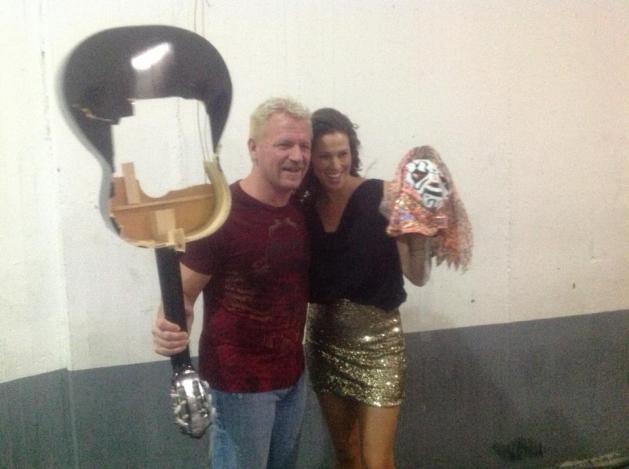 """Jeff y Karen Jarrett festejan con la máscara de L.A. Park / AAA Guerra de Titanes 2012 – Auditorio """"Benito Juárez"""" de Zapopan, Jal. – 2 de dic. de 2012 / Imagen by Lucha Libre Triple A en Facebook"""