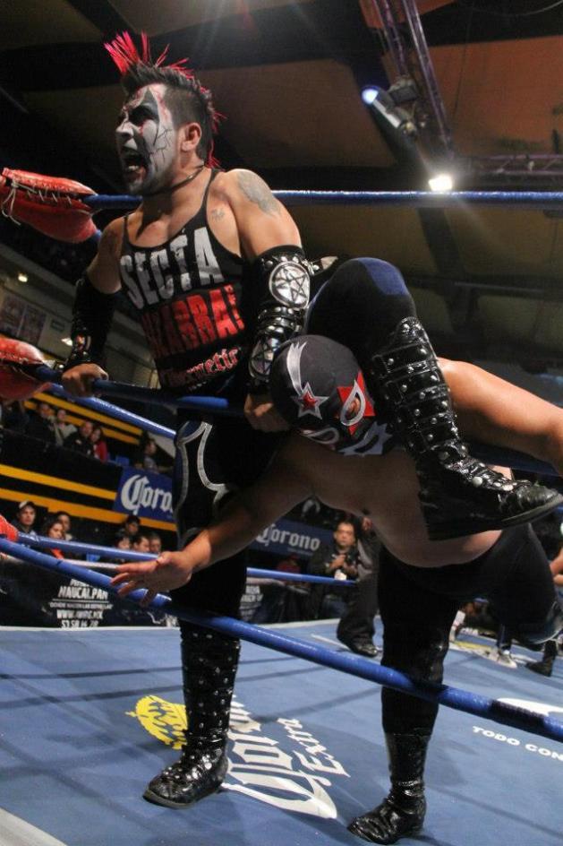 Mini Ozz vs. Mini Súper Astro / Arena Naucalpan - 2 de dic. de 2012 / Imagen by IWRG Arena Naucalpan en Facebook