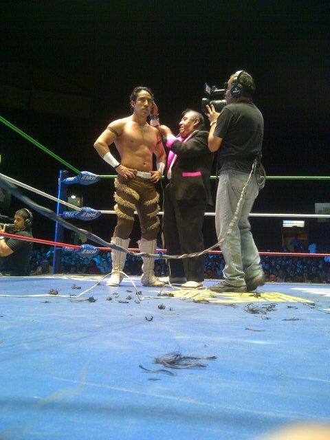 Leono, furioso y rapado, tras perder en compañia de Tigre Blanco ante los marrulleros Boby Zavala y Disturbio // Arena México - 1ro. de enero de 2013 // Imagen by @CMLL_OFICIAL en Twitter.