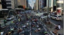Acostada Ciclista Frente a Asamblea Legislativa en protesta por muertes en carretera
