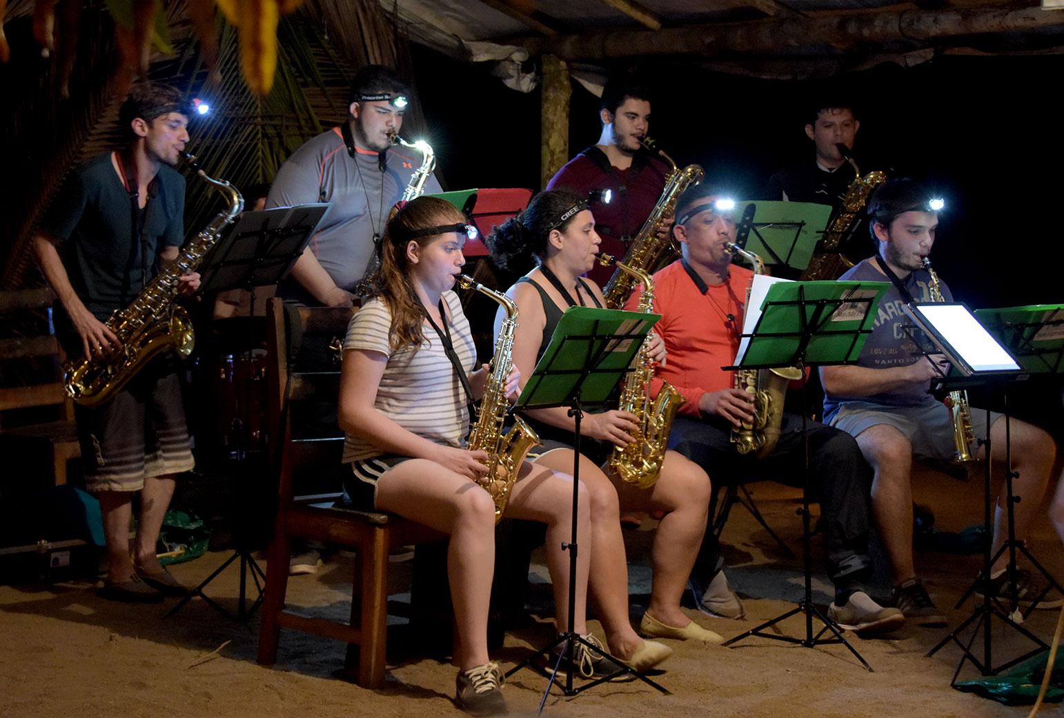 Concierto del Ensamble de Saxofones A de la UCR en playa Las Caletas en la Península de Osa, el 17 de febrero de 2018.