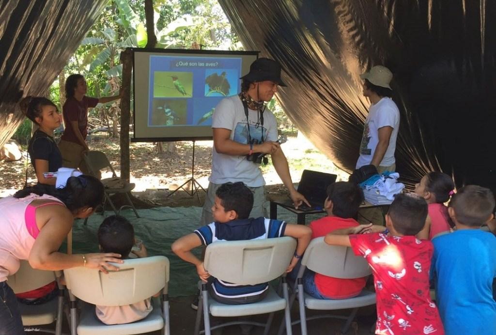 Charlas de educación ambiental, giras de campo para el reconocimiento de biodiversidad y la observación de aves son parte de las dinámicas que los estudiantes de la UCR realizan con los niños y niñas (foto cortesía Turismo ecológico Golfito).