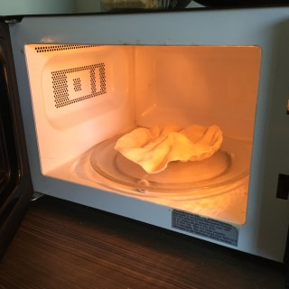 How to cook a Poppadum in the Microwave