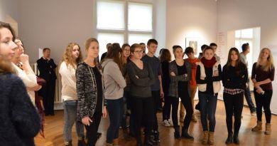Młodzież ze Świebodzic odwiedziła wystawę grafik Marca Chagalla w Książu