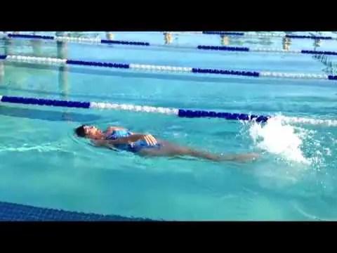 背泳ぎで身体の軸がぶれてしまう人におススメしたいドリル