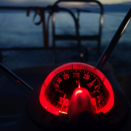 Nachtfahrt mit Kompass und permanenter Suche nach Leuchtfeuern