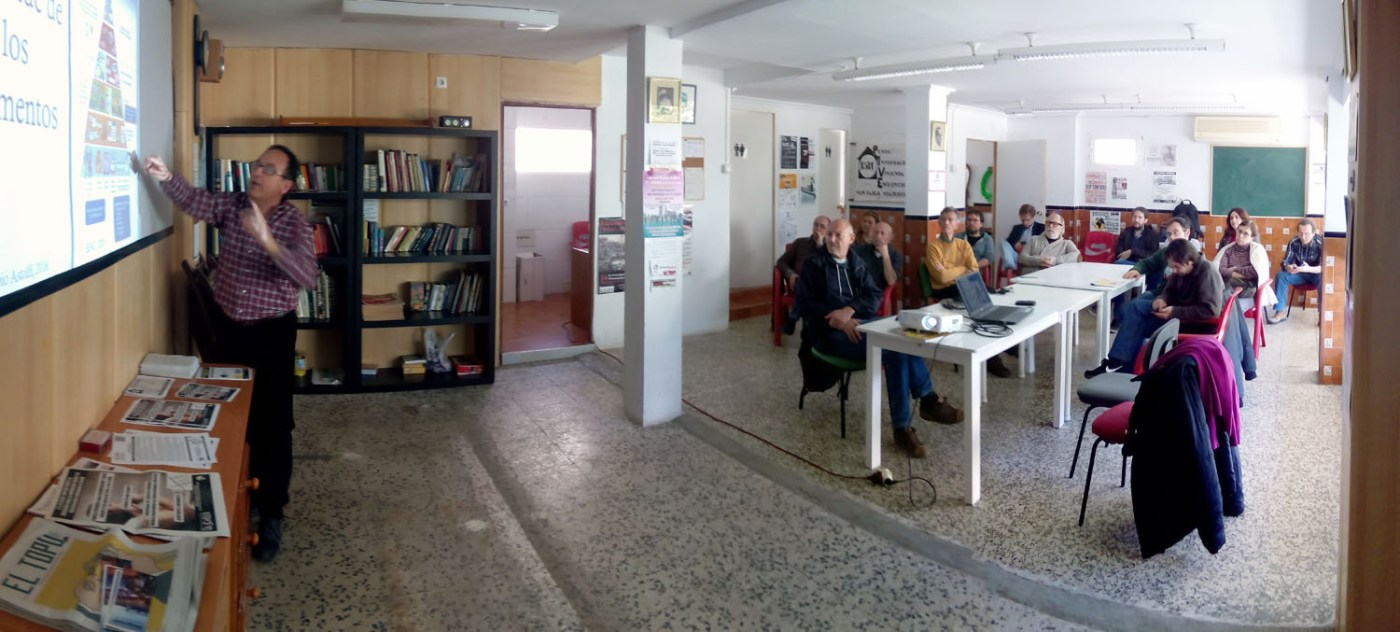 Comentando la pirámide alimentaria en el CS La Soleá de la Asamblea 15M San Pablo.