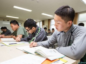 優秀な人は休憩時間にも勉強をする(写真/韓国陸軍公式サイトより)