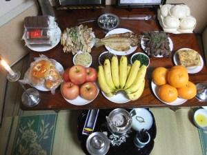 父の法要で祭壇に飾られた料理の数々