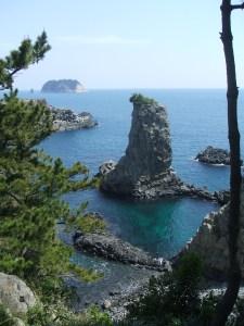 海から突き出ている岩がウェドルゲ