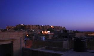 e fort de Jaisalmer la nuit tombante.