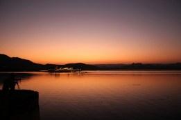 Le soleil s'est couché sur le lac de Udaipur.