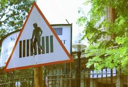 J'adore les panneaux signalétiques. Celui ci fait un peu « attention, homme nu fréquent » :)