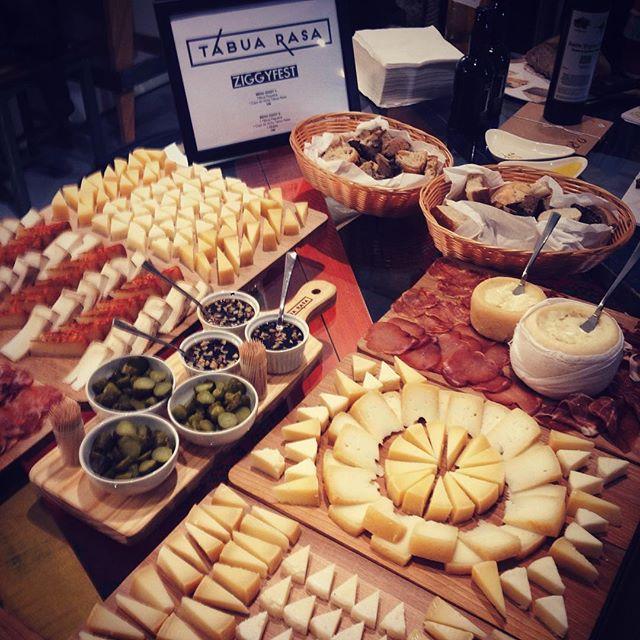 mesa tábua rasa queijos enchidos
