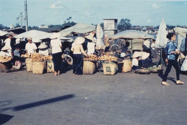 Cảnh họp chợ dọc bến Ninh Kiều.