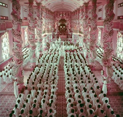 Các tín đồ hành lễ trong Tòa thánh.