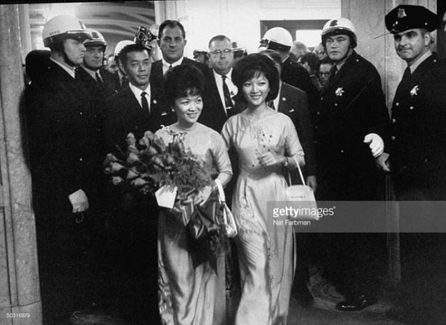 Bà Trần Lệ Xuân và con gái Ngô Đình Lệ Thủy ở California trong chuyến thăm Mỹ kéo dài 3 tuần, tháng 10/1963.
