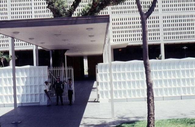 Cổng Đại sứ quán Mỹ trên đại lộ Thống Nhất (nay là đường Lê Duẩn), 2 tuần trước Tết Mậu Thân 1968.