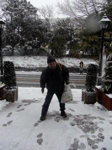 雪にはしゃぐ清水さん