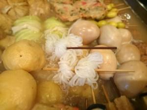 結んだ「糸こん」を関東煮鍋でたいていきます