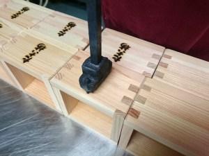 檜の一合升に屋号を焼き印してます