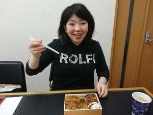 鰻弁当を美味しそうに食べる新人さん