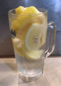 氷レモン酎ハイは、凍結レモンが丸ごと一個入ってます!