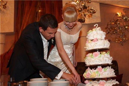 Церемонія розрізання весільного торта молодятами
