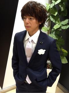 ネイビーパープルストライプスーツに薄いパープルネクタイを合わせた成人式のスーツの着こなし画像