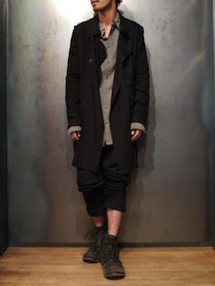 シャツ×パンツ×靴×黒トレンチコート