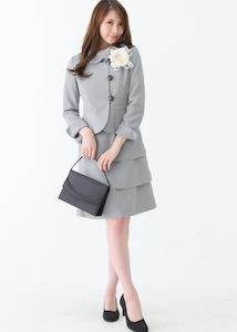 小学校の卒業式の母親の服装でスーツ