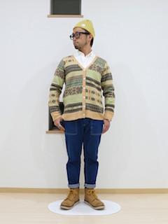 ベージュカーディガン×シャツ×ジーンズ×ブーツ×ニット帽の秋コーデ