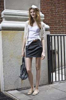 白のタンクトップ×ベージュのカーディガン×グレーのスカートの秋コーデ