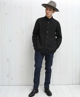 黒シャツ×パンツ×靴×ハット帽の秋コーデ