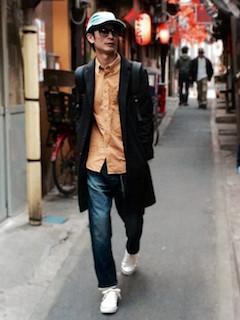 黒のチェスターコート×オレンジのシャツ×デニム