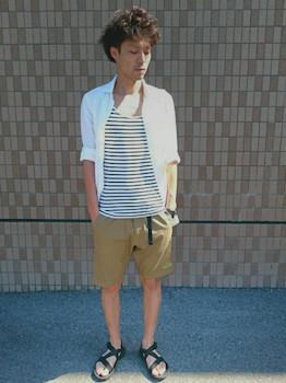 ベージュのショートパンツ×白のシャツ×サンダル