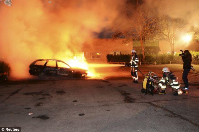 Oltre a stabilire le automobili in fiamme, i rivoltosi hanno attaccato una stazione di polizia e una scuola materna e