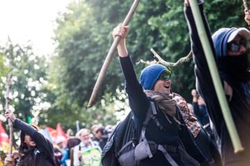 """Avant le départ du cortège, des manifestants réalise un """"Haka"""" avec leurs bâtons"""