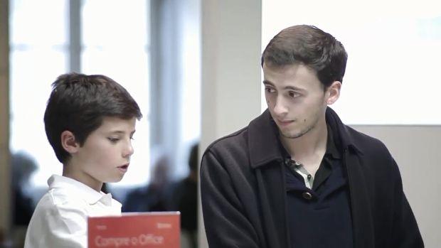 win8demonstrate [Vídeo] Microsoft usa crianças para demonstrar o Windows 8 em lojas
