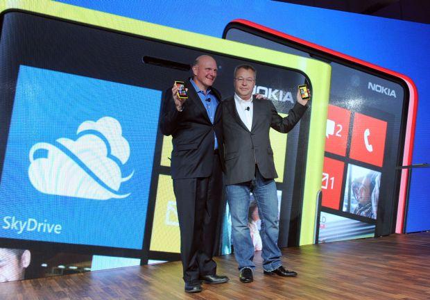 steve ballmer and stephen elop Usuários do Lumia: vocês compraram o seu smartphone por causa da Nokia? Ou do Windows Phone?