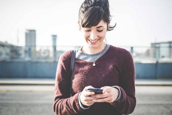 mulher-usando-smartphone-01