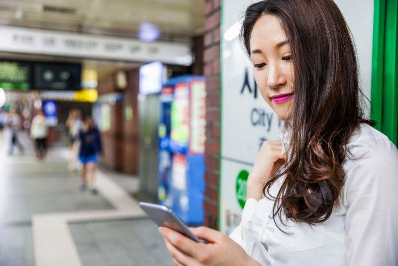 Coreia do Sul Leis Pedestres Olhando Smartphone