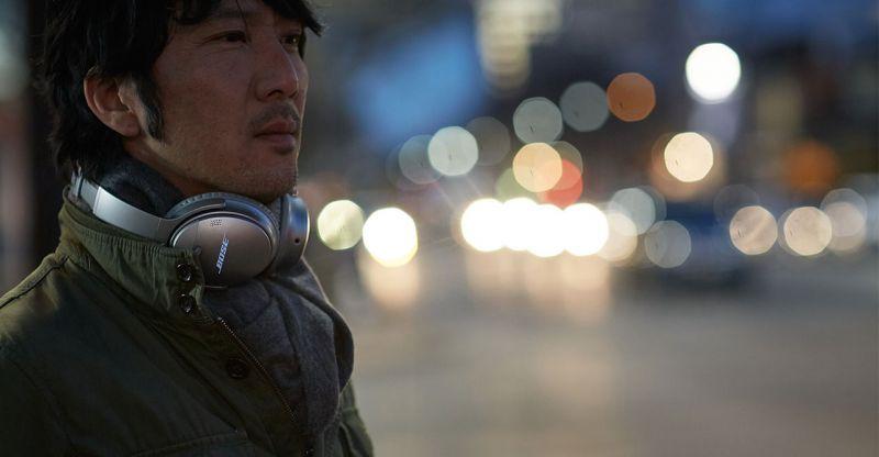 homem com fone de ouvido sem fio bose