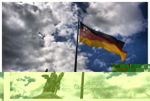 Kaiser Wilhelm hinter der Rheinland-Pfalz Flagge auf dem Deutschen Eck