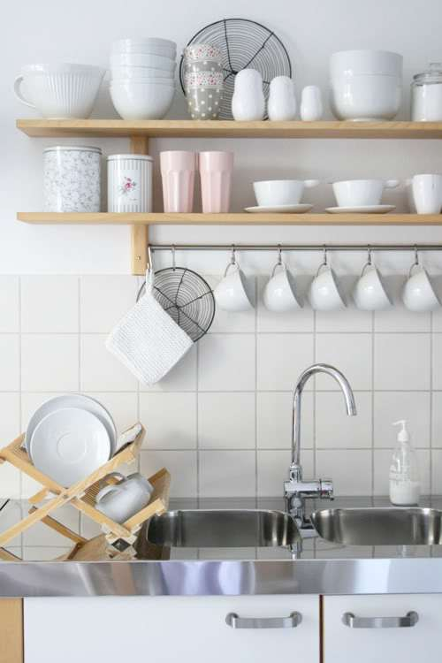Ideas para organizar las repisas abiertas en la cocina Decoracion de cocinas pequenas con repisas