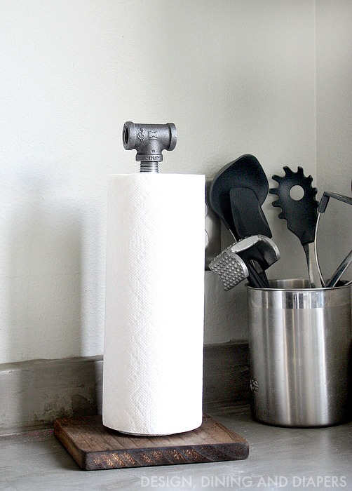 DIY-Industrial-Paper-Towel-Holder-Made-from-wood-and-plumbing-pipes.-